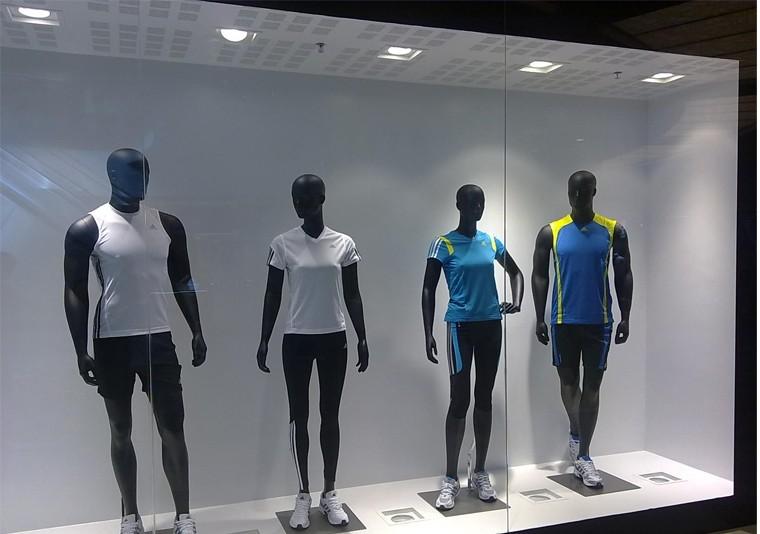 Amenajare si Design Spatiu Comercial Adidas, vedere cu vitrina in care sunt prezentare modelele din noua colectie de echipamente sportive